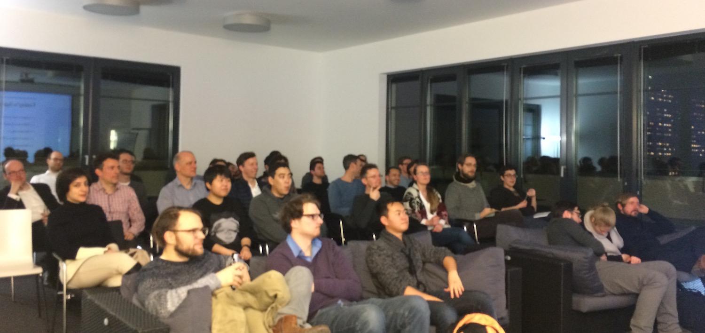 Vortragende lauschen beim Data Ccience Meetup