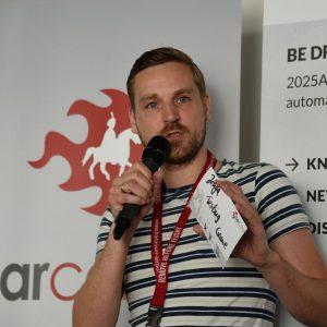 "Robin bietet seinen Slot zum ""Jenga Testing Game"" auf dem Barcamp an."